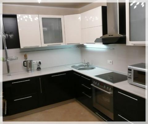 Siyah Beyaz Akrilik Mutfak Dolapları